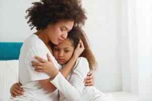 Equal Care Day | tröstende Mutter | Familiengarten