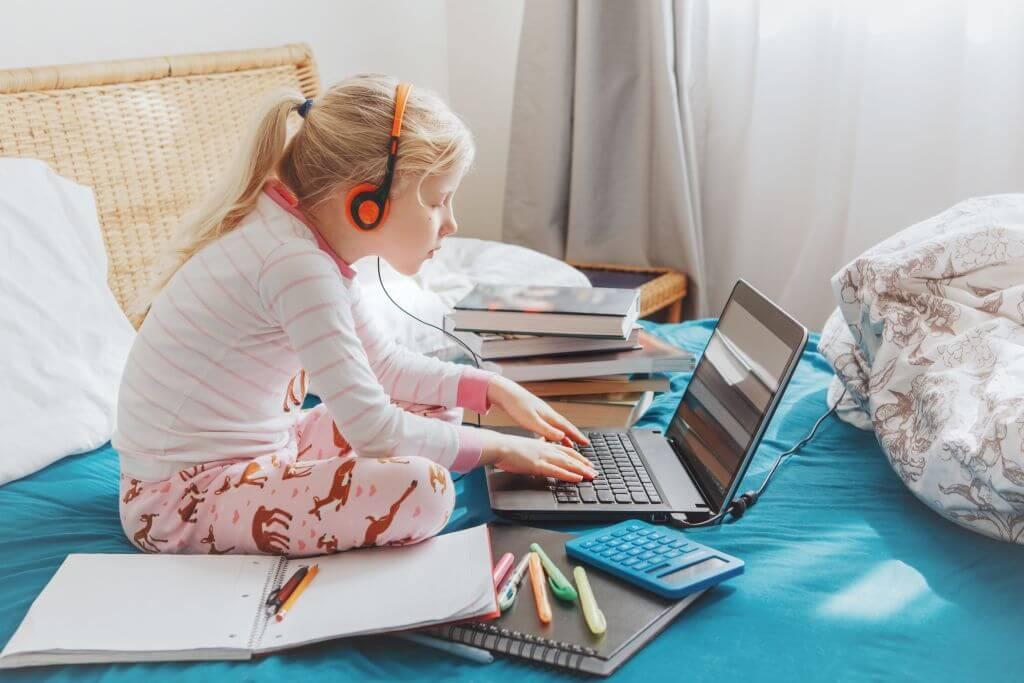 selbstbestimmtes Lernen - Mädchen lernt - Familiengarten