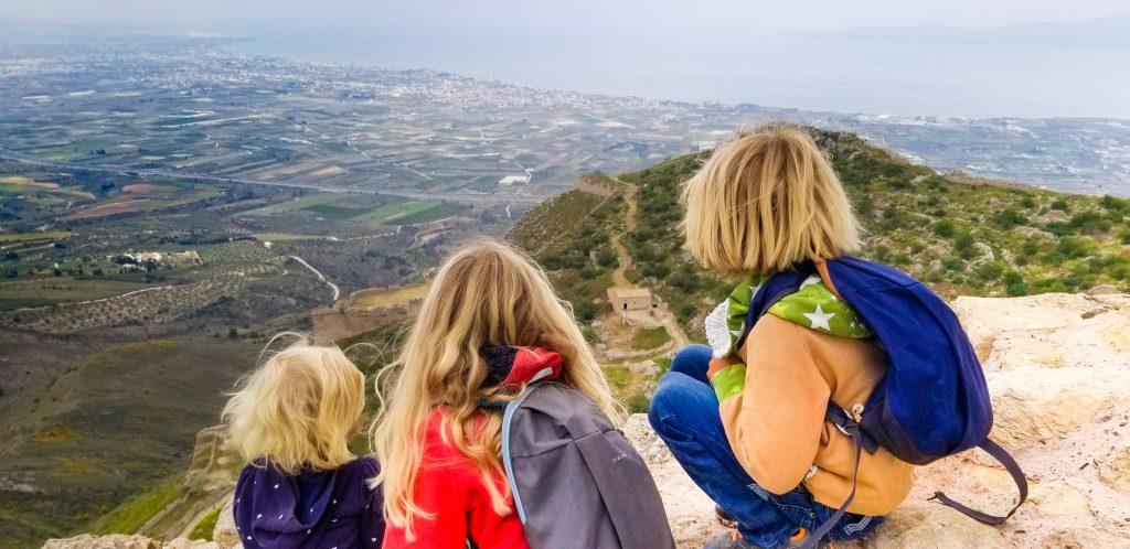 Belle Familiy - vanlife mit kindern - kinder auf dem Berg - Familiengarten
