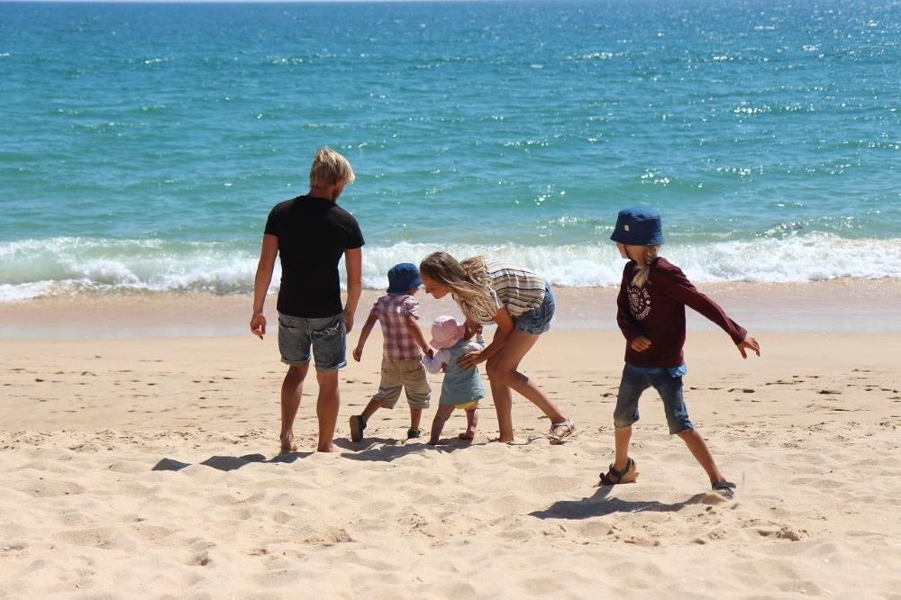 Belle Family am Strand - vanlife mit kindern - Familiengarten