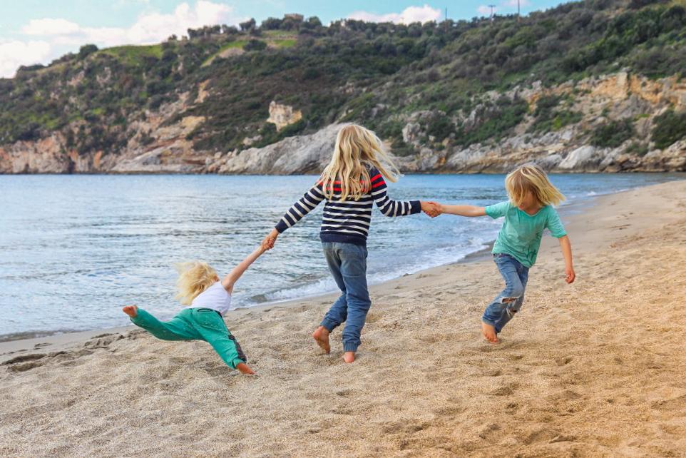 Belle Family - vanlife mit kindern - spielende Kinder am Strand - Familiengarten