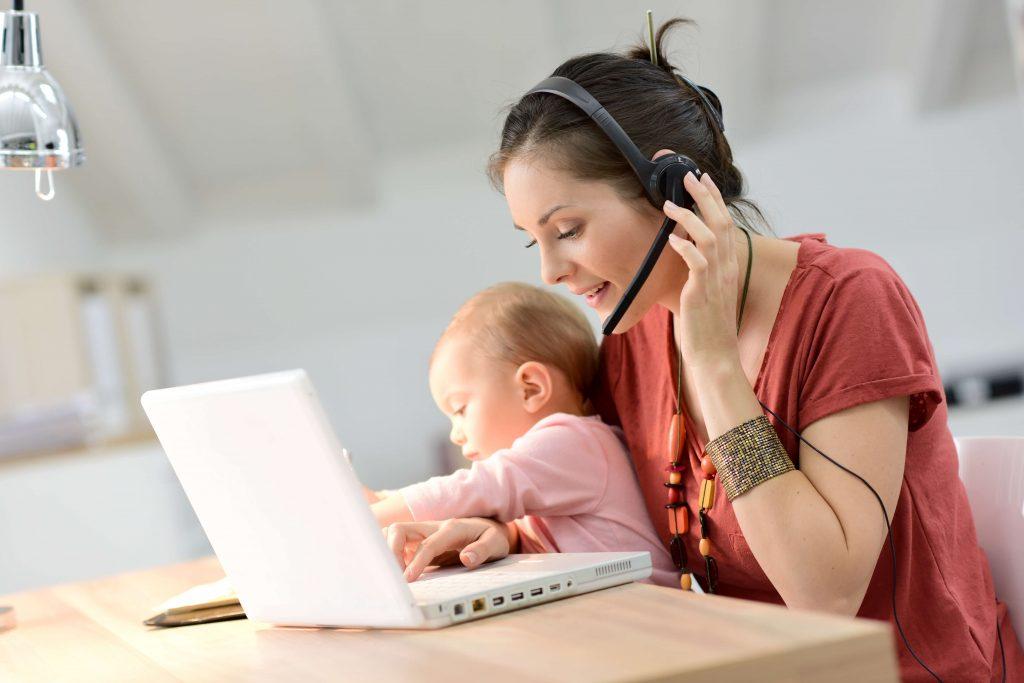 Alternative zur Kita - arbeitende Mama mit Baby - Familiengarten